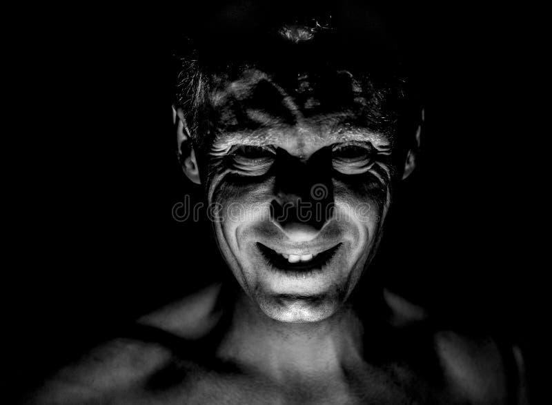 Retrato à moda do homem caucasiano adulto Sorri como o maníaco e parece como o maníaco ou louco foto de stock