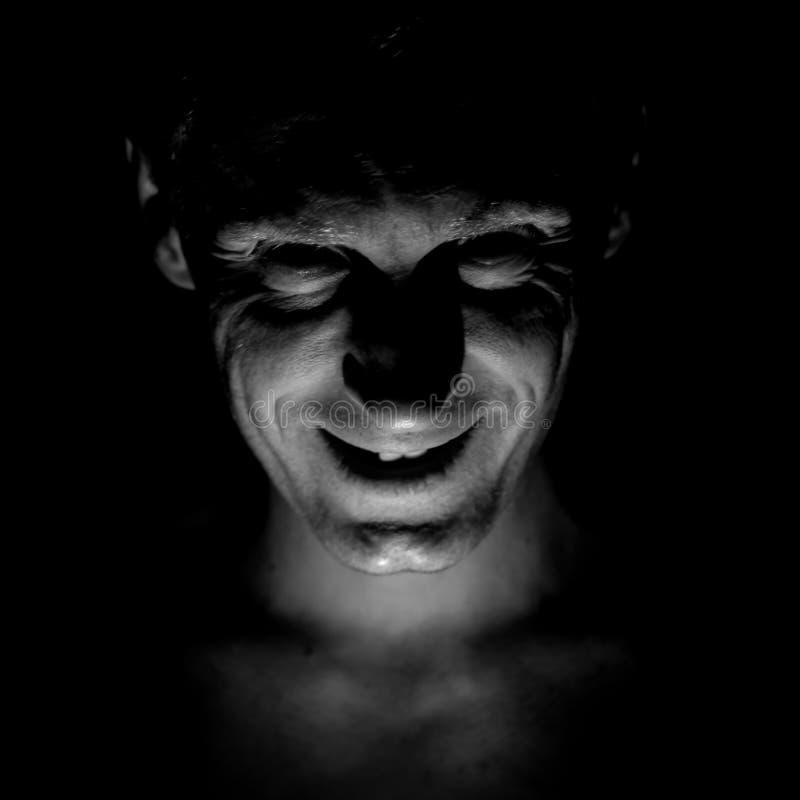 Retrato à moda do homem caucasiano adulto Sorri como o maníaco e parece como o maníaco ou louco fotografia de stock