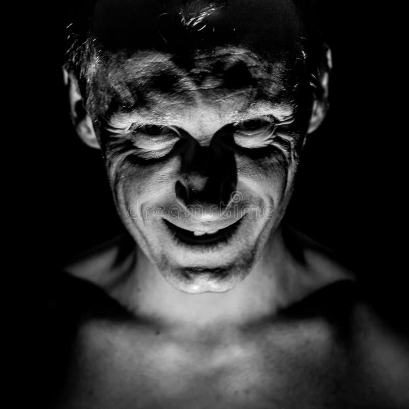 Retrato à moda do homem caucasiano adulto Sorri como o maníaco e parece como o maníaco ou louco imagens de stock