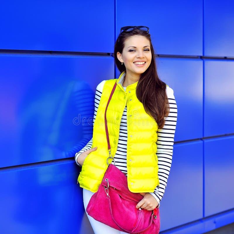Retrato à moda feliz bonito da moça - exterior imagens de stock
