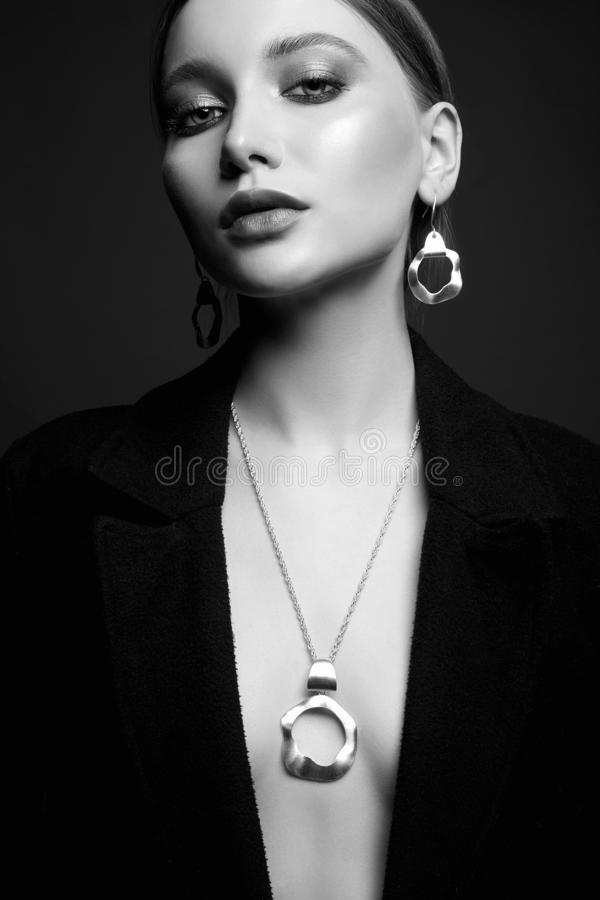 Retrato à moda preto e branco da menina sexual fotos de stock royalty free