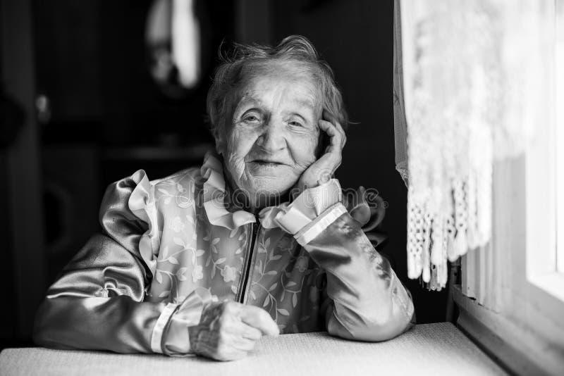 Retrato étnico eslavo de uma mulher idosa fotografia de stock