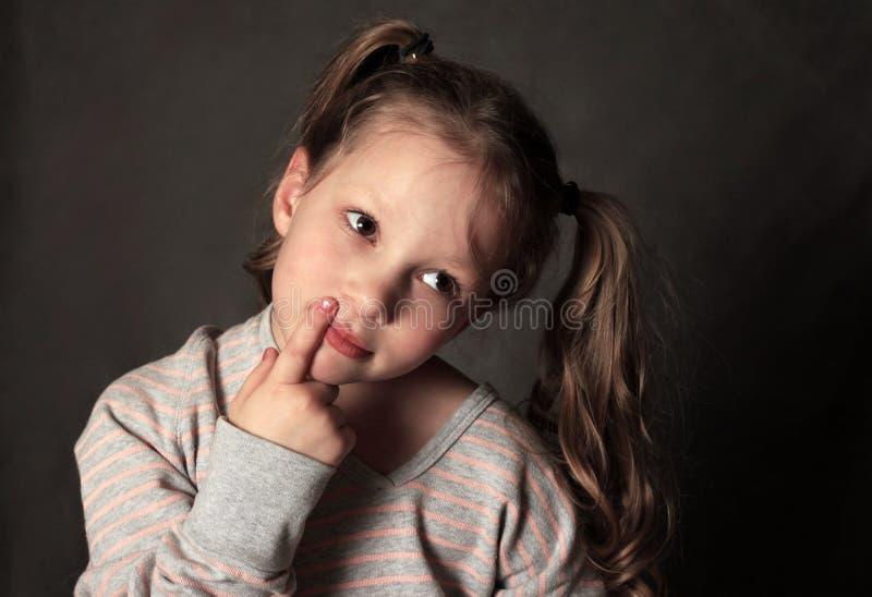 Retrato 5 anos de menina no estúdio imagem de stock royalty free