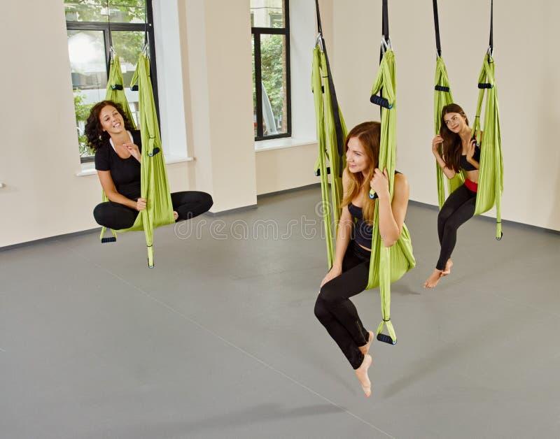 Retrato aéreo antigravedad de la yoga de las mujeres del grupo fotos de archivo