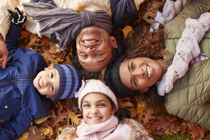 Retrato aéreo da família que encontra-se em Autumn Leaves fotos de stock royalty free
