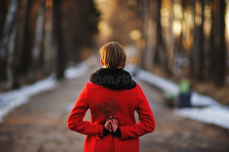 Retrato adiantado da mola da moça atrativa bonito com o lenço do calor do cabelo escuro e o revestimento vermelho que estão no me imagens de stock royalty free
