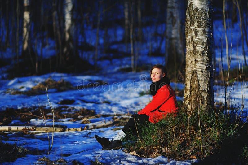 Retrato adiantado da mola da moça séria atrativa bonito com o lenço do calor do cabelo escuro e o revestimento vermelho que olham imagem de stock royalty free
