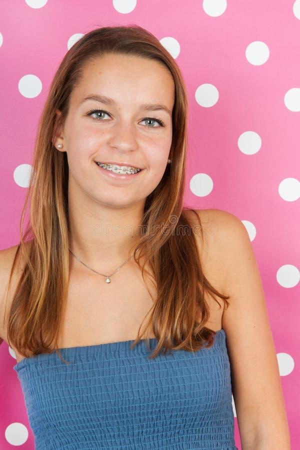 Retrato adolescente de la muchacha en rosa fotos de archivo