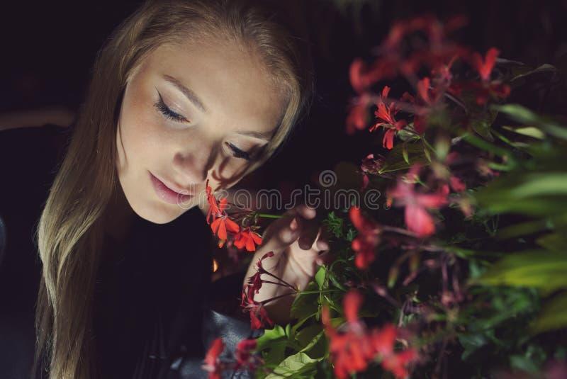 Retrato adolescente de la noche de la muchacha foto de archivo