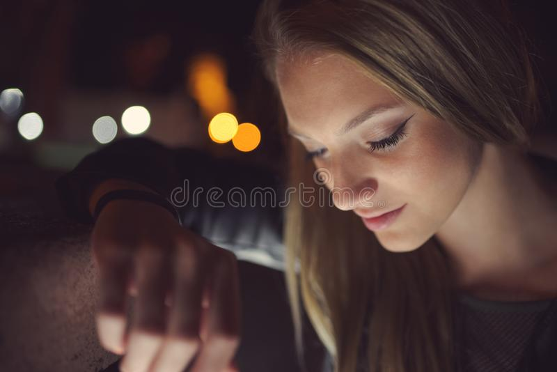 Retrato adolescente de la noche de la muchacha fotos de archivo libres de regalías