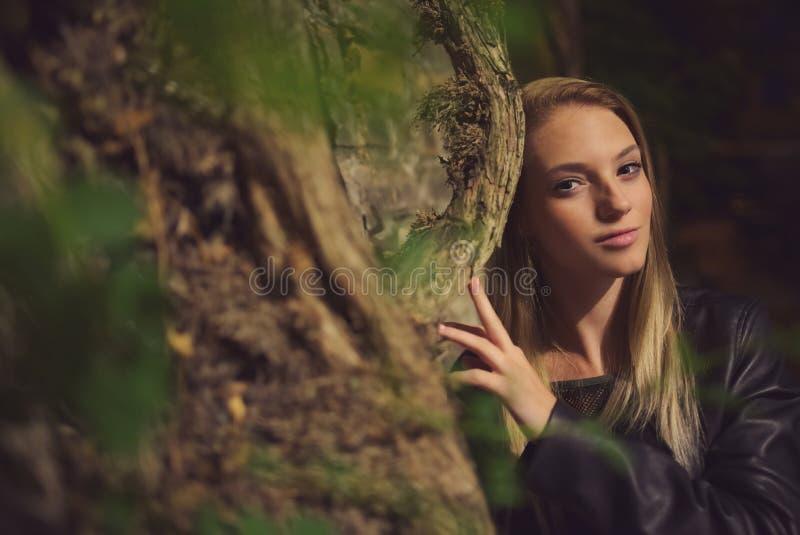 Retrato adolescente de la noche de la muchacha fotos de archivo