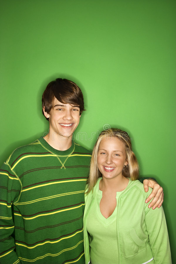 Retrato adolescente del muchacho y de la muchacha. imagenes de archivo