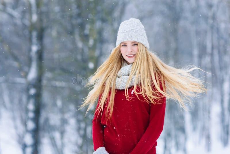 Retrato adolescente joven de la muchacha del invierno Belleza Girl modelo alegre que ríe y que se divierte en parque del invierno fotos de archivo libres de regalías