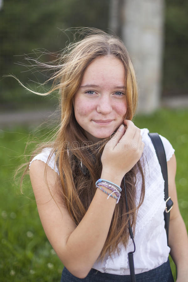 Retrato adolescente lindo joven de la muchacha al aire libre Naturaleza foto de archivo