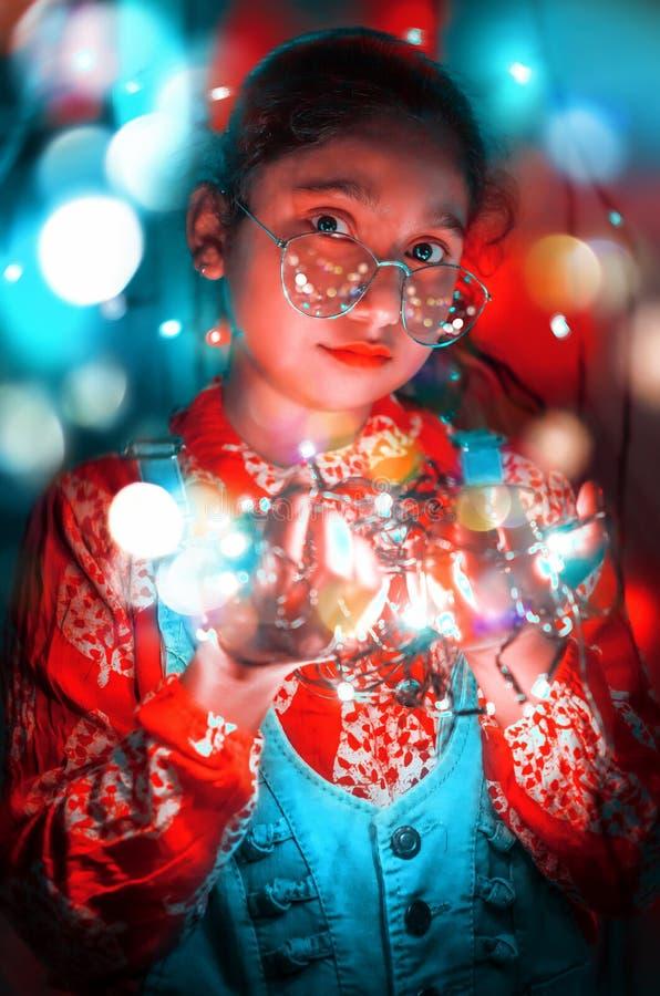 Retrato adorável bonito da luz de Girl Neon Bokeh do modelo de forma imagens de stock
