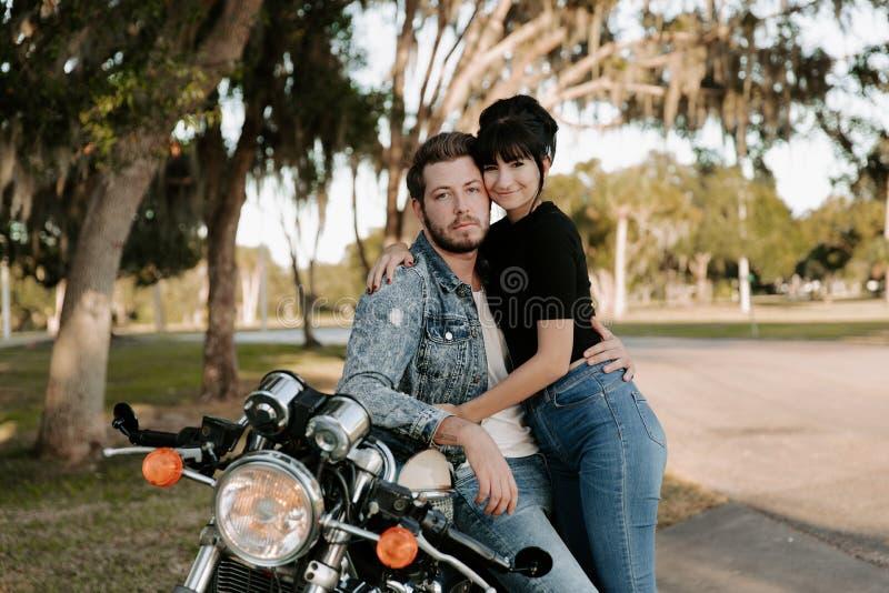 Retrato adorable de amor de dos personas de moda modernas adultas jovenes apuestas atractivas Guy Girl Couple Kissing y abrazo imagenes de archivo
