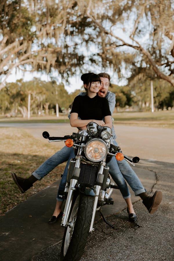 Retrato adorable de amor de dos personas de moda modernas adultas jovenes apuestas atractivas Guy Girl Couple Kissing y abrazo fotos de archivo