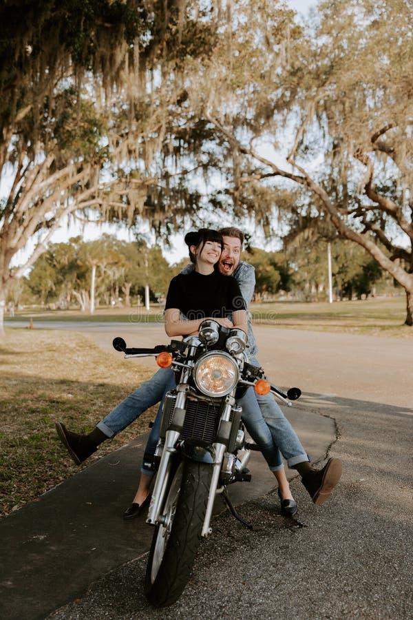 Retrato adorable de amor de dos personas de moda modernas adultas jovenes apuestas atractivas Guy Girl Couple Kissing y abrazo imagen de archivo