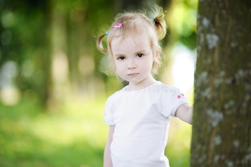Retrato adorable de la niña al aire libre imagen de archivo libre de regalías