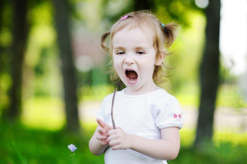 Retrato adorable de la niña al aire libre fotos de archivo libres de regalías