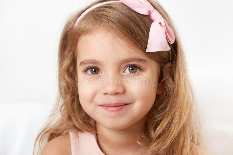Retrato adorable del primer de la cara de la muchacha del pequeño niño foto de archivo