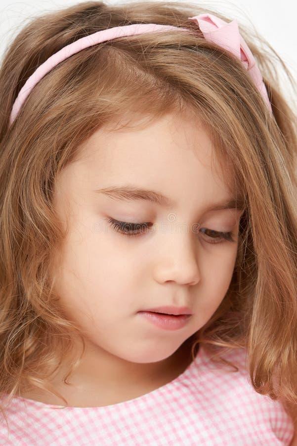 Retrato adorable del primer de la cara de la muchacha del pequeño niño imagenes de archivo