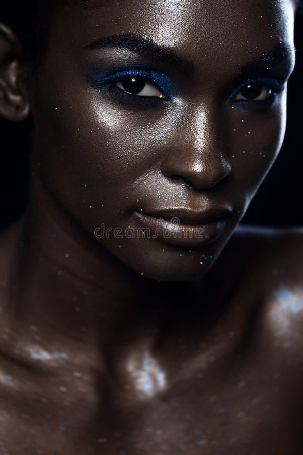 Retrato africano bonito do encanto da mulher A forma brilhante compõe fotos de stock