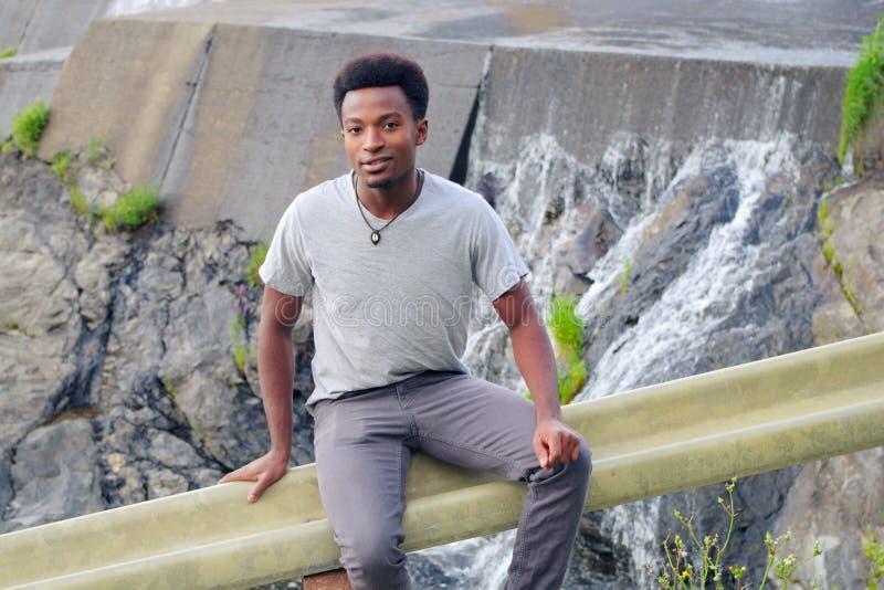 Retrato africano novo do homem fora da água próxima Fall River fotos de stock