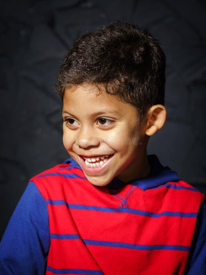 Retrato afro-americano preto pequeno emocional do menino fotografia de stock