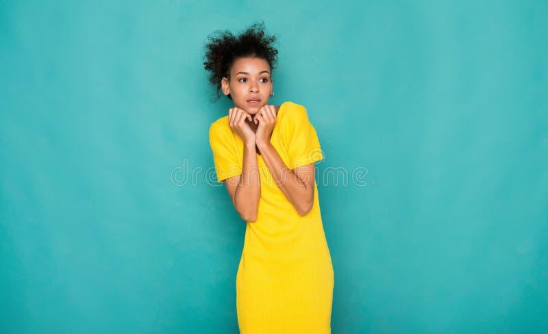 Retrato afro-americano receoso da mulher foto de stock