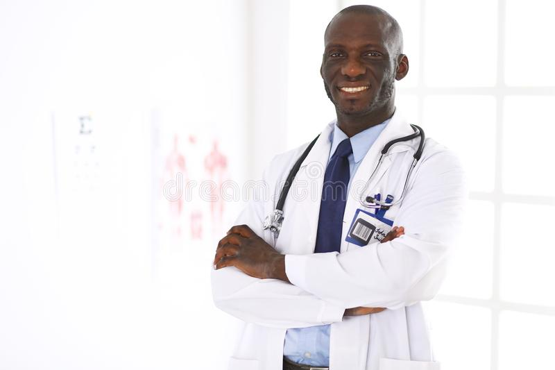 Retrato afro feliz do doutor do homem com os braços cruzados imagens de stock royalty free