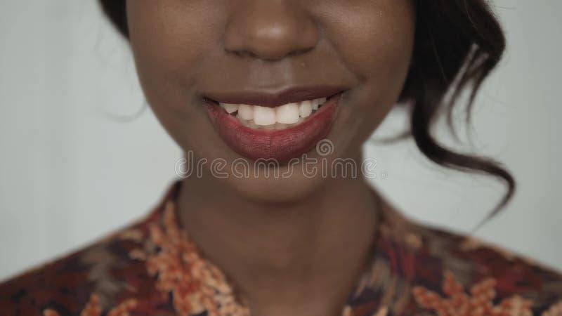 Retrato afroamericano femenino hermoso del estudiante universitario, mujer de risa feliz, sonrisa ascendente del cierre con los d imagen de archivo libre de regalías