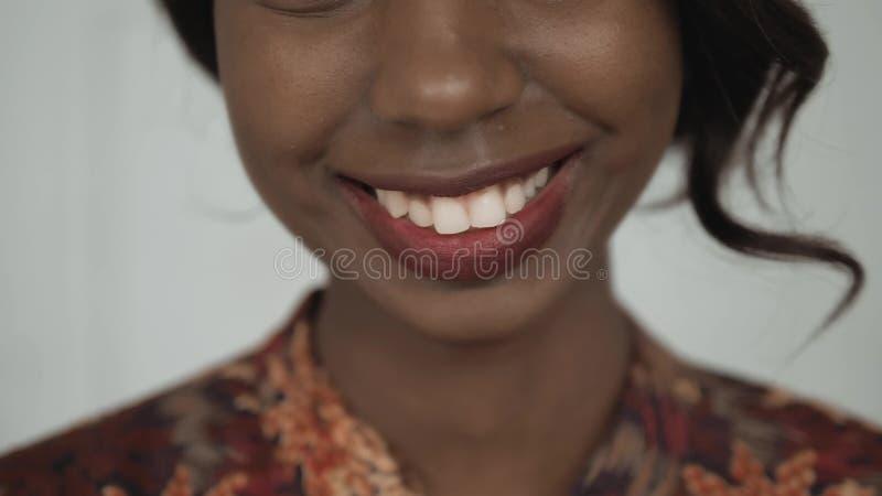 Retrato afroamericano femenino hermoso del estudiante universitario, mujer de risa feliz, sonrisa ascendente del cierre con los d foto de archivo