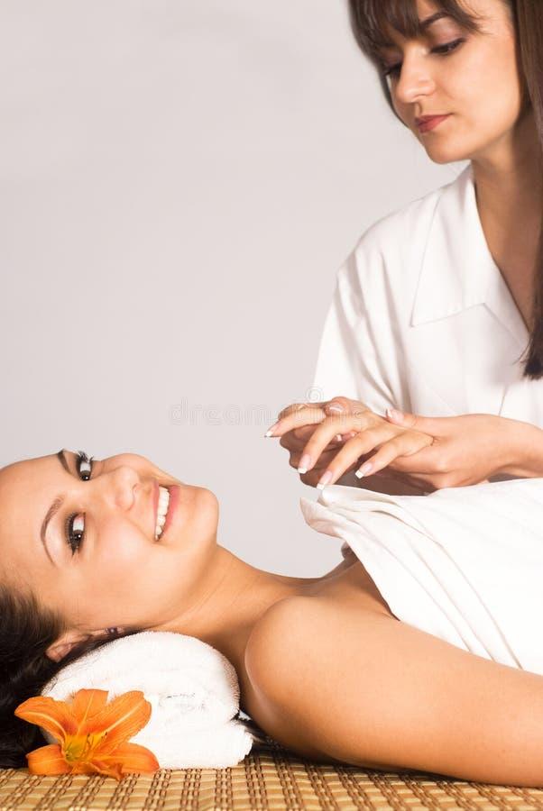 Retrato agradável da massagem do corpo fotografia de stock royalty free