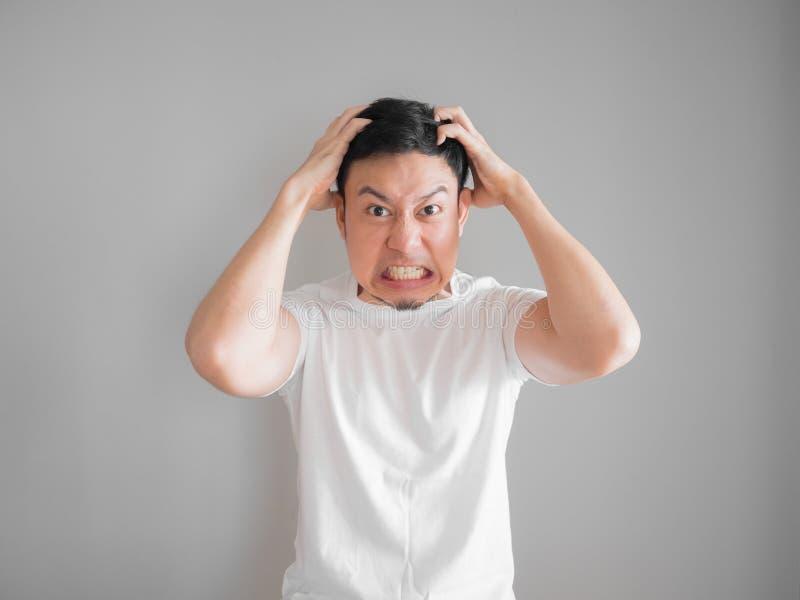 Retrato agresivo muy enojado del hombre en la camiseta blanca fotografía de archivo libre de regalías