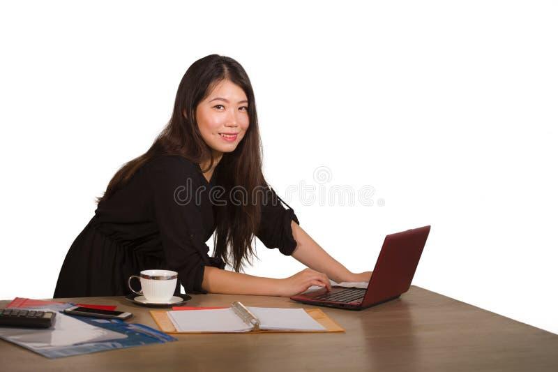 Retrato aislado corporativo de la compañía de la mujer de negocios coreana asiática hermosa y acertada joven que presenta cheerfu imagenes de archivo