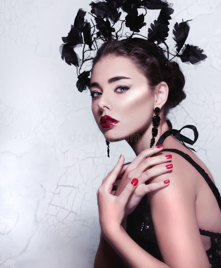 Retrato aislado de la moda/de la belleza del primer de una muchacha caucásica hermosa que lleva maquillaje perfecto fotos de archivo libres de regalías