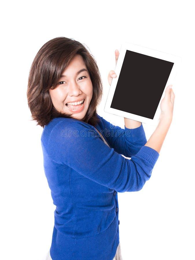 Retrato aislado de la mujer joven hermosa con la tableta digital o fotografía de archivo