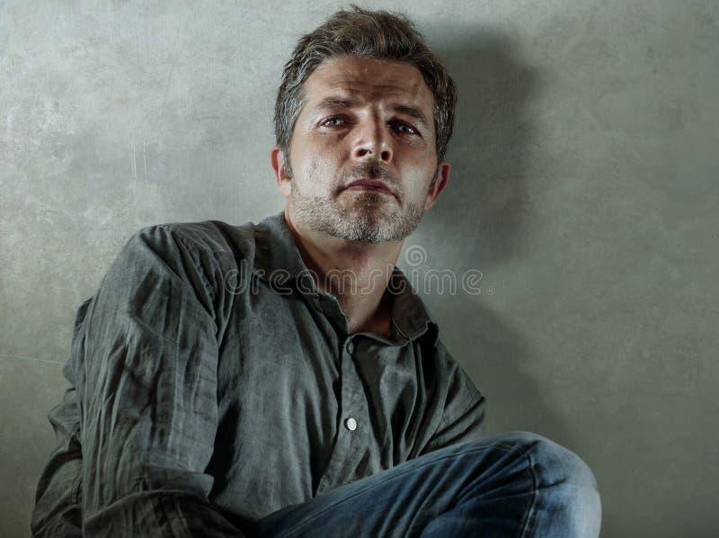 Retrato aislado del fondo de 30s a 40s triste y al hombre deprimido que mira problema pensativo y preocupante de la depresión del foto de archivo