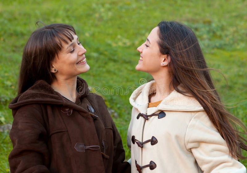 Retrato al aire libre de dos hermanas felices fotos de archivo libres de regalías