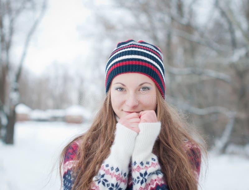 Retrato al aire libre de la chica joven bonita en invierno foto de archivo