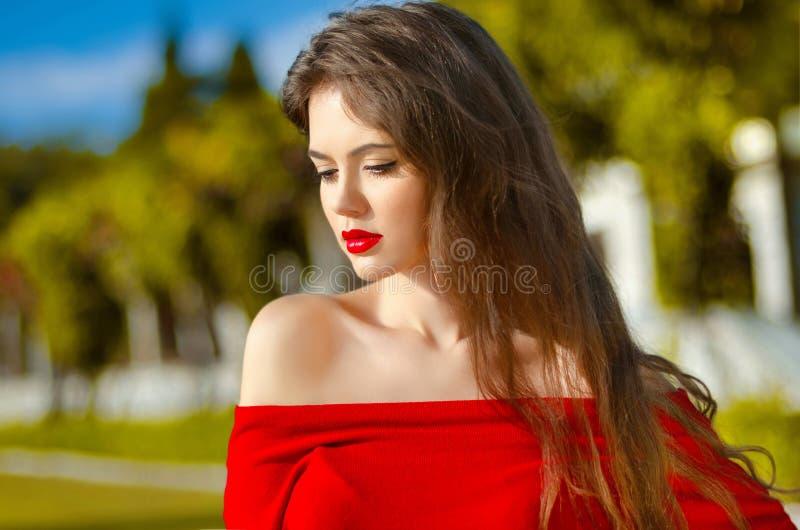 Retrato al aire libre de la chica joven hermosa Mujer atractiva con rojo fotos de archivo