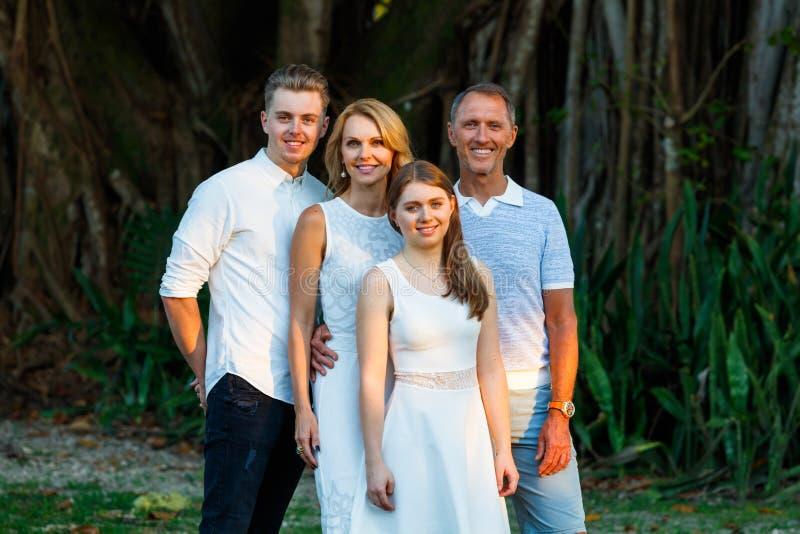 Retrato al aire libre de la familia imagen de archivo libre de regalías