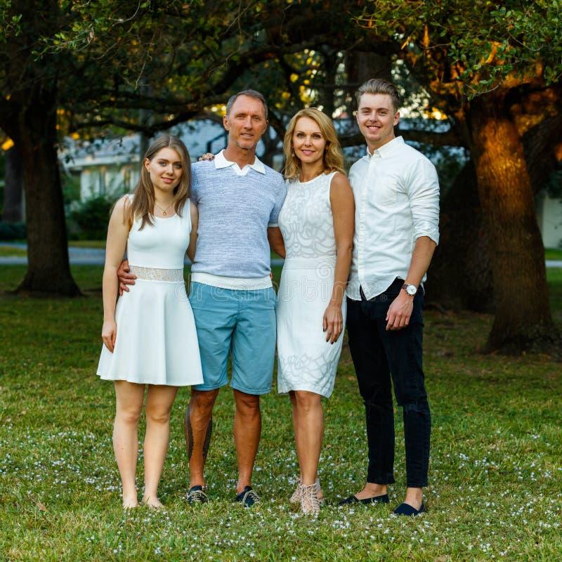Retrato al aire libre de la familia foto de archivo libre de regalías