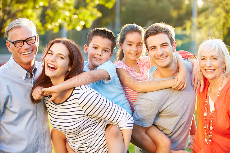 Retrato al aire libre de la familia multigeneración en parque imagen de archivo