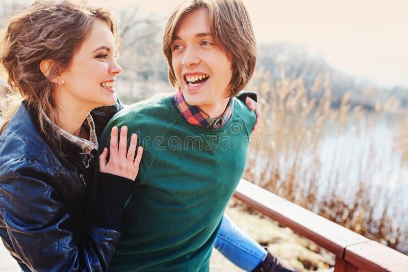 Retrato al aire libre de la forma de vida de pares felices jovenes foto de archivo