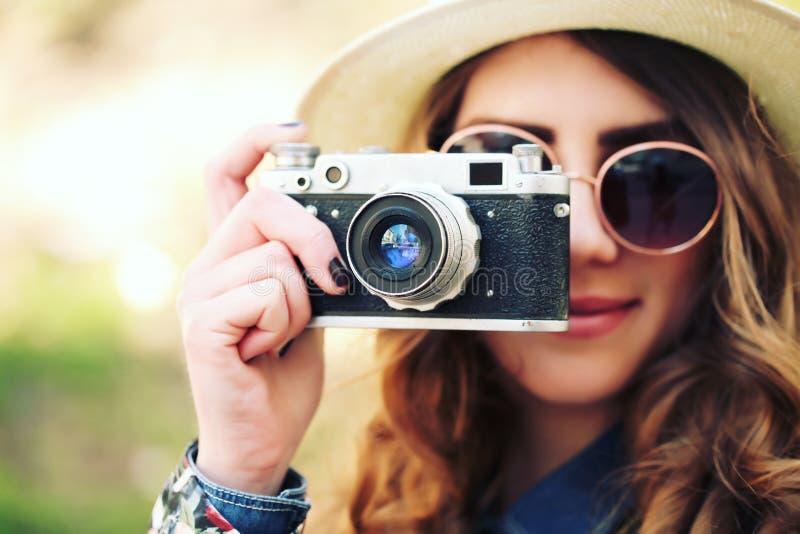Retrato al aire libre de la forma de vida del verano de la mujer bastante joven que se divierte en la ciudad fotos de archivo libres de regalías