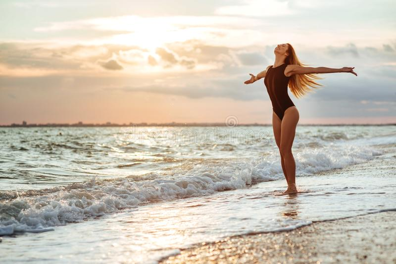 Retrato al aire libre de la forma de vida de la muchacha hermosa en traje de baño negro imagenes de archivo