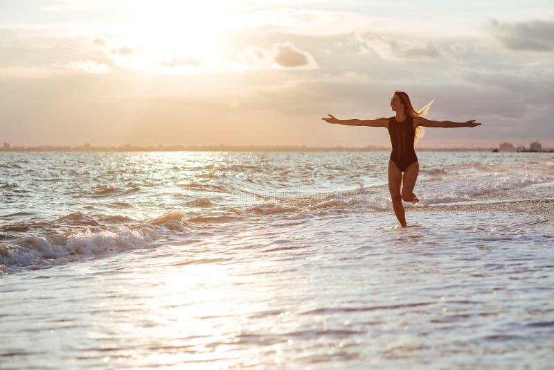 Retrato al aire libre de la forma de vida de la muchacha hermosa en traje de baño negro foto de archivo