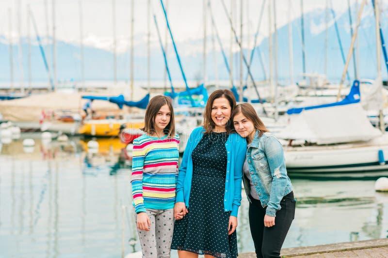 Retrato al aire libre de la madre feliz y de dos hijas adolescentes jovenes imagen de archivo